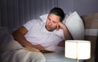 Leggere prima di dormire aiuta a rilassarsi e a riposare meglio